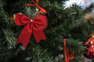 jouet arbre de Noël sur une branche enneigée photo