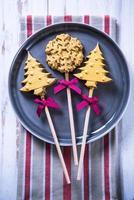 Biscuits décorés de Noël sur assiette