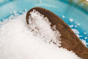 sel de mer dans un bol bleu