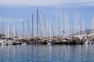 Bateaux et yachts au port de mer de Bodrum photo