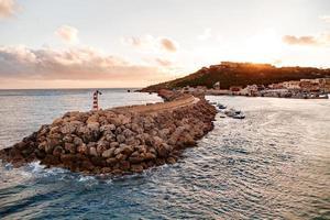 entrée dans la baie, front de mer avec phare, gozo, malte.
