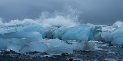vagues sur la plage de glace
