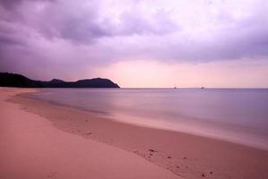 belle plage de thaïlande le matin avec des nuages