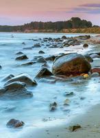 côte rocheuse de la mer baltique au coucher du soleil