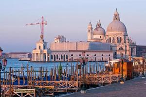 Santa Maria della Salute Church au grand canal venise matin photo