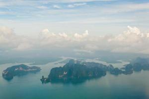 Vue aérienne des îles près de Phuket, Thaïlande photo