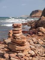 Tas de pierres dans la plage de pregonda