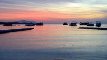 Lever du soleil à naama bay, mer rouge et yachts à moteur photo