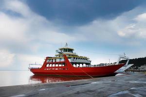 ferry sur l'île de thassos photo
