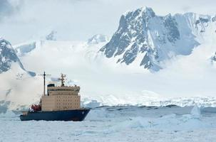 Voile sur un brise-glace glacé jour de printemps du détroit antarctique photo