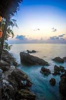 rochers, mer, coucher de soleil sur la plage tropicale à koh phangan photo