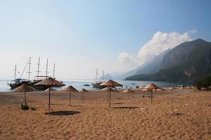 la plage turque vide. cirali. mer Méditerranée. kemer. Antalya. dinde. photo