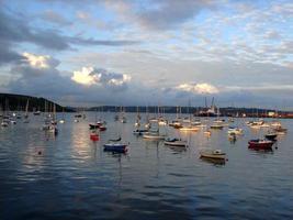 bateaux à voile colorés au crépuscule photo
