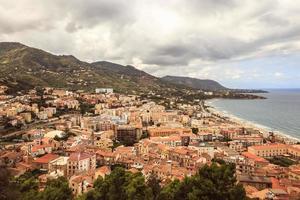 Paysage fantastique à la ville côtière sicilienne italienne de cefa photo