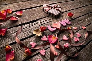 mot amour sur des assiettes en bois.