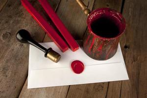 Bâton de cire rouge avec cachet et lettre photo