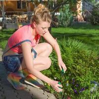 jeune femme travaille dans le jardin photo