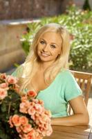 Portrait de jolie jeune femme blonde photo