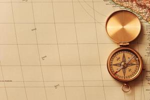 Boussole en laiton antique sur carte ancienne photo