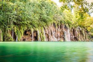 Chutes d'eau dans le parc national des lacs de plitvice photo