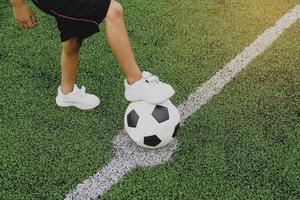 garçon jouant au football photo
