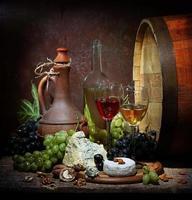 nature morte avec une cruche de vin avec des raisins photo