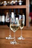 champagne avec vins rouges et blancs photo