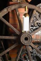 vin blanc sur roue en bois photo