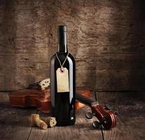 bouteille de vin rouge et violon photo