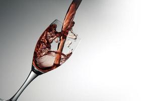 verre à vin avec du vin rouge photo