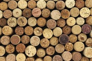 de nombreux bouchons de vin en arrière-plan