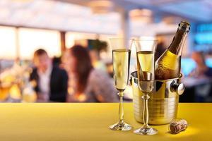 flûtes à champagne et bouteille réfrigérée. photo
