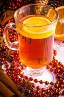 vin chaud avec des bâtons de cannelle et des étoiles d'anis de Noël photo