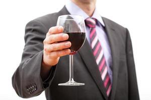 homme faisant un toast photo