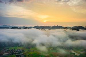 Lever du soleil sur la vallée de bac son - viet nam