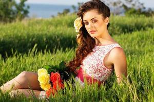 belle femme avec des fleurs roses
