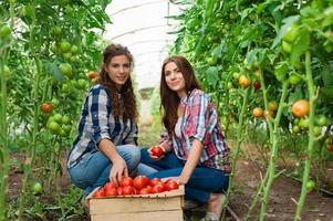 Deux jeunes travailleuses agricoles souriantes photo