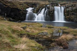 Beau paysage de cascade à la montagne kirkjufell, snaefellsn