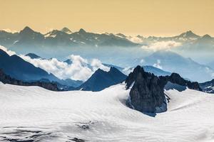 Vue sur la chaîne de montagnes du mont blanc de l'aiguille du midi photo