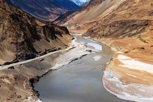 confluence des rivières zanskar et indus photo