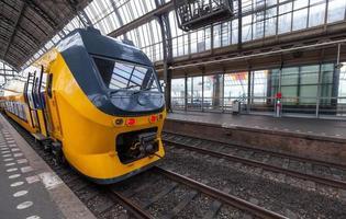Train jaune se dresse sur la gare centrale d'Amsterdam