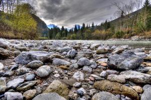 rochers dans la rivière qui coule dans les montagnes