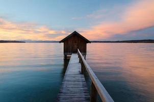 Lever de soleil coloré au lac ammersee photo