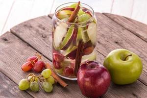 mélange d'eau infusée aromatisée de pomme, raisin et cannelle