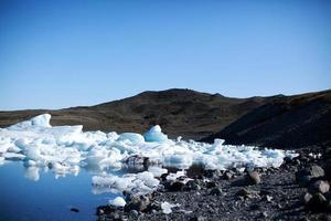 Miroir d'eau avec petit lagon - lac glaciaire de Jokulsarlon, Islande