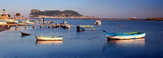 à travers la baie de Gibraltar