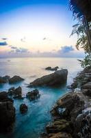 rochers, mer, coucher de soleil sur la plage tropicale à koh phangan
