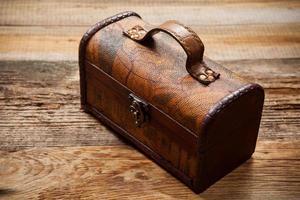 vieux coffre sur table en bois photo