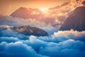 Vue sur la vallée brumeuse du val di fassa