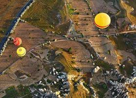 vol en montgolfière au-dessus de roches anciennes, Cappadoce, Turquie.